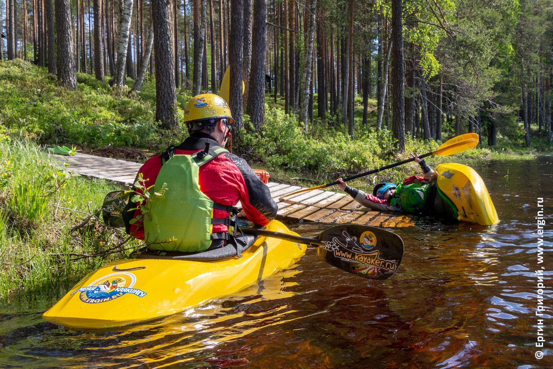 Инструктор проводит тренировку по эскимосскому перевороту