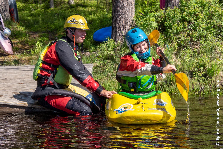 Инструктор по каякингу обучает эскимосскому перевороту на каяке