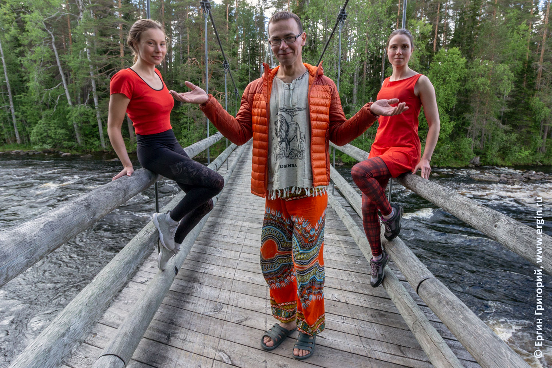 Девушки на подвесном мосту в Лиексе Нейтикоски