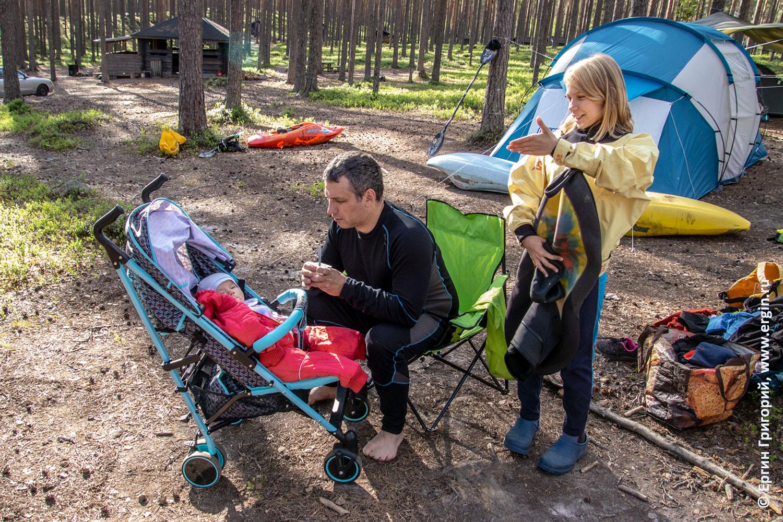 Каякерская семья отец и дети в Лиексе