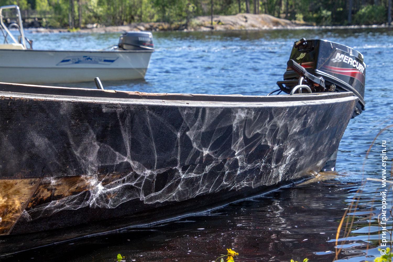 Отражение солнечных бликов на борту лодки в кемпинге Нейтикоски