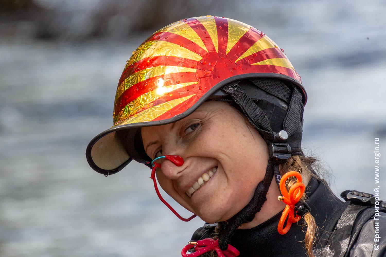 Каякер с блестящим шлемом с солнцем
