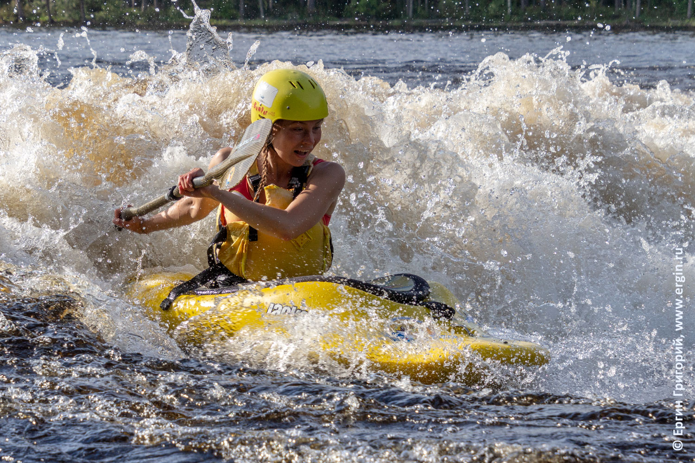 Каякер чудо-женщина супергерой на воде wonder woman kayaker