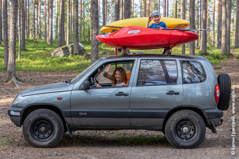 Каяки с ребенком на крыше машины в Лиексе