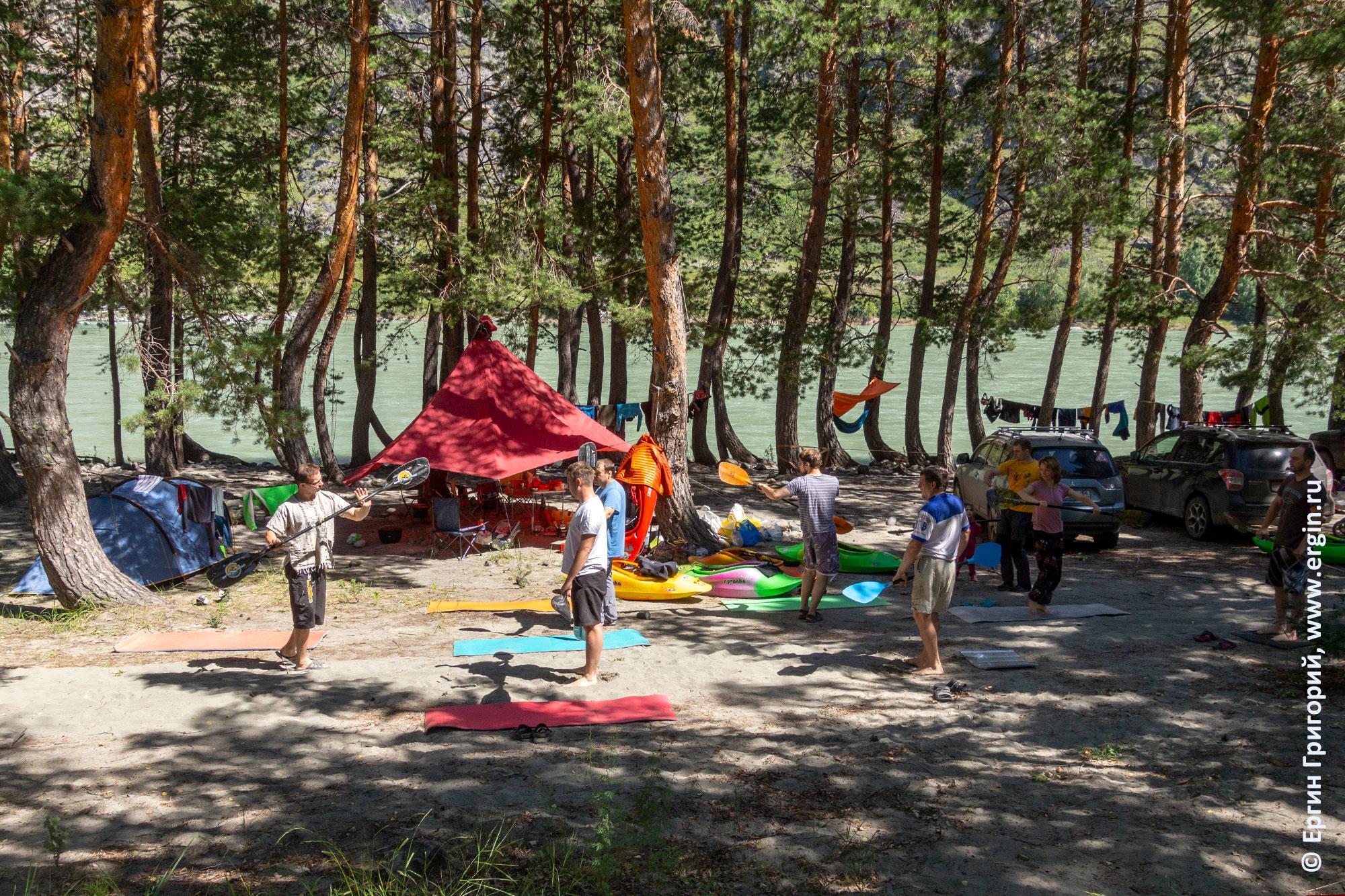 Сухие тренировки каякеров с веслами на Алтае