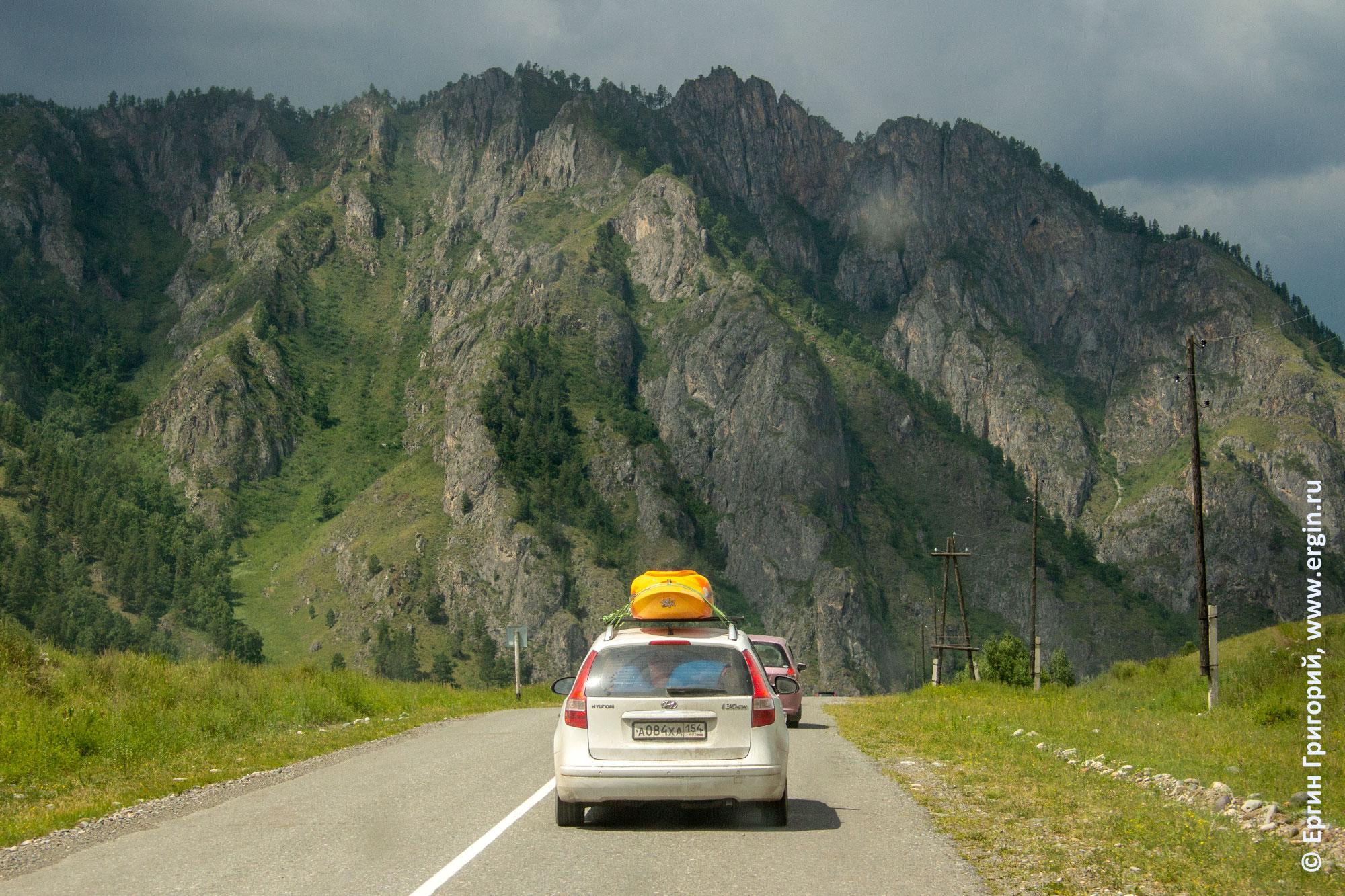 Машина с каяками на фоне алтайских гор: каякеры едут домой