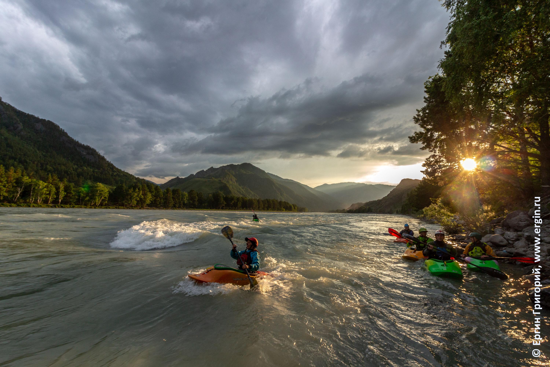 Закатный фристайл на бурной воде родео на каяке каякинг на Алтае Катунь река Бийка плейспот