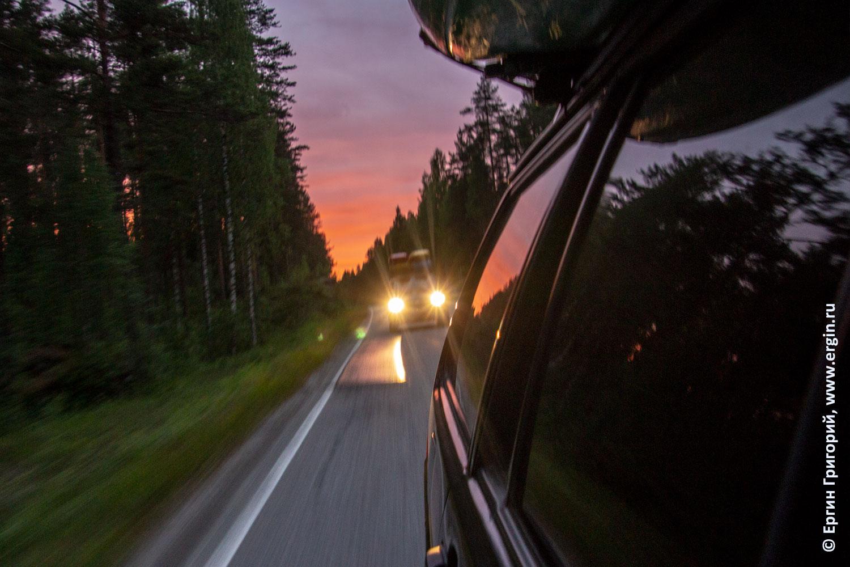 Каякеры едут домой из Лиексы закат дорога