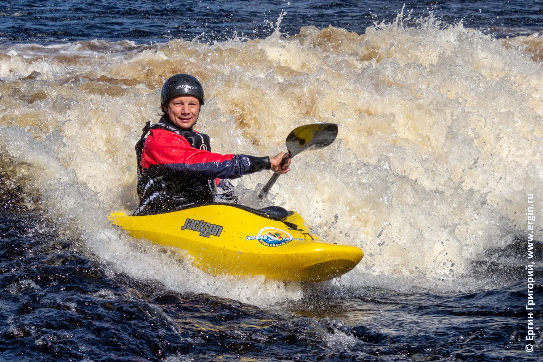 Каякер серфит на плейспоте Нейтикоски на каяке