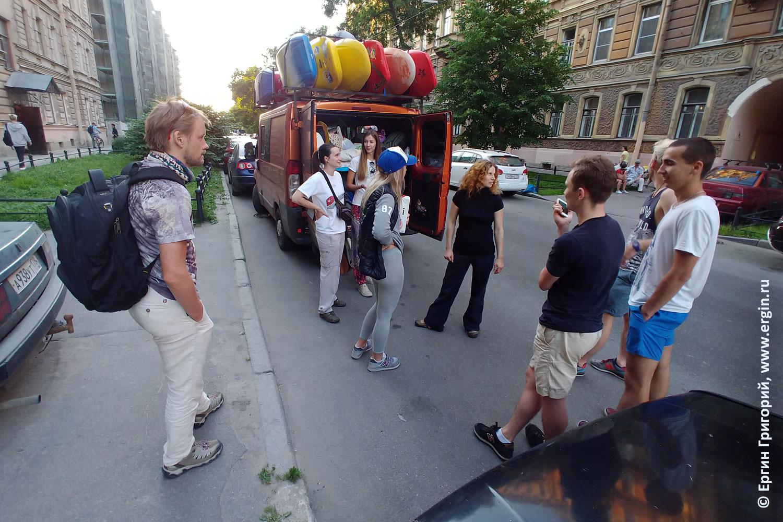 Микроавтобус каякеров родео бас каяки на крыше скоро в Путешествие