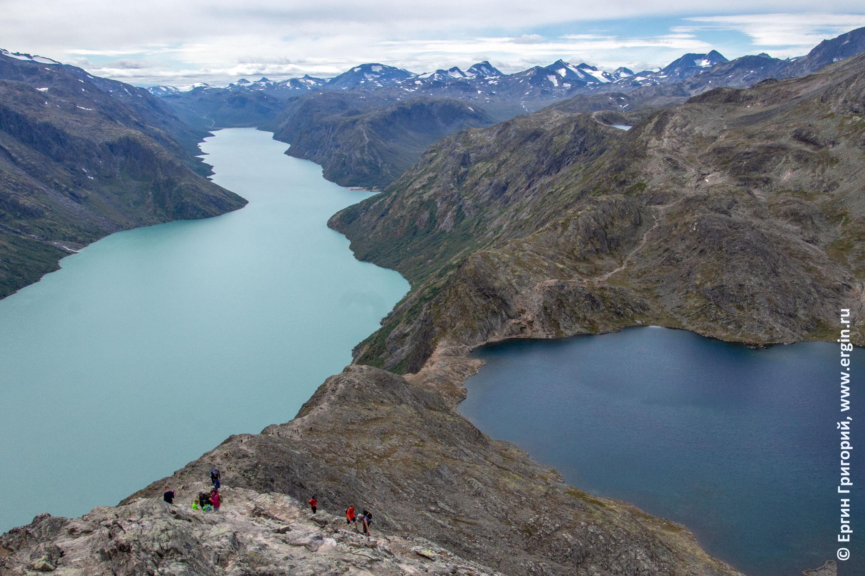 Трекинг Бессеген Besseggen в Норвегии между озерами с разным питанием ледниковым и дождевым