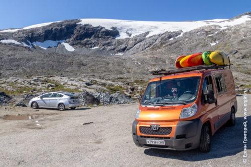 Норвегия горы со снежниками и автобус каякеров с каяками