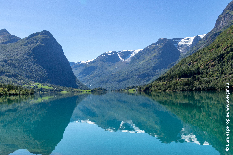 Горы и снежники отражаются в озере Норвегия