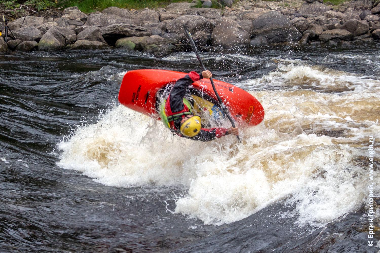 Каяк Exo GuiGui Prod для фристайла на бурной воде на плейспоте Нейтикоски в Лиексе