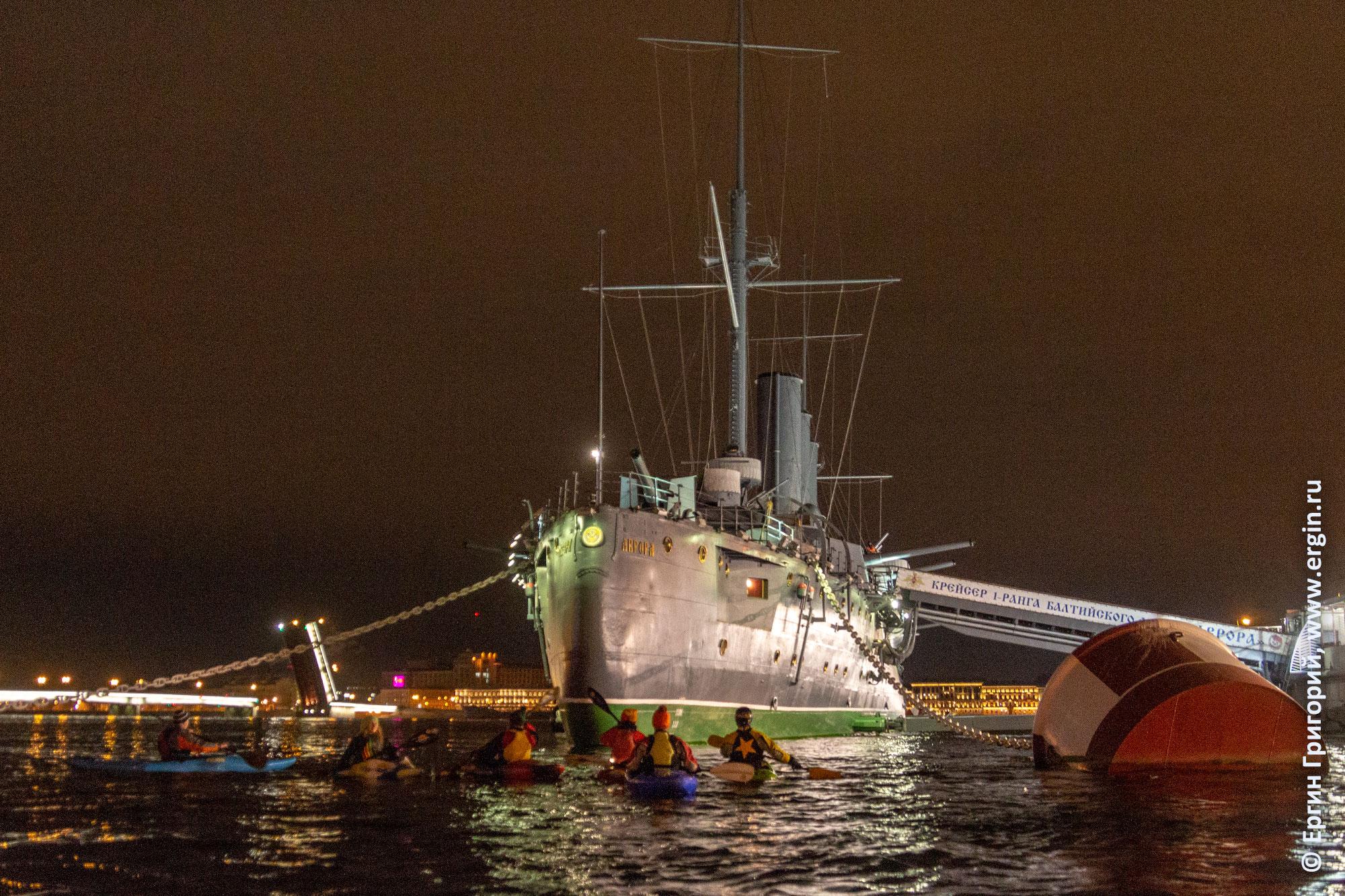 Каякеры на Неве и крейсер Аврора с кормы в Санкт-Петербурге