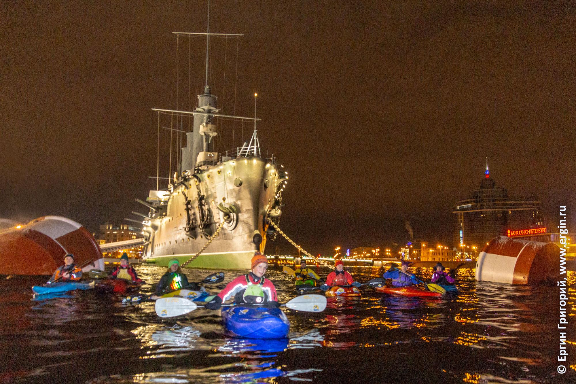 Каяки и крейсер Аврора ночью на Неве в Санкт-Петербурге