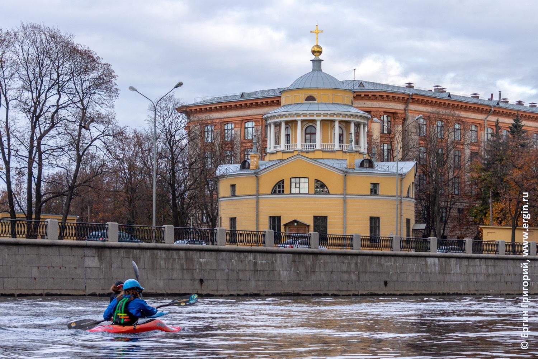 Каякер идет мимо Благовещенской церкви в Санкт-Петербурге