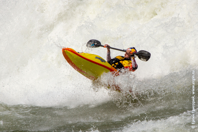 каякер фристайлер Dane Jackson Дейн Джексон занимается фристайл каякингом на бурной воде