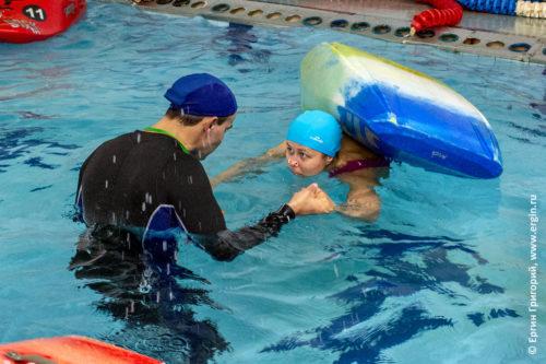 Новички впервые тренируют эскимосский переворот на каяке в бассейне