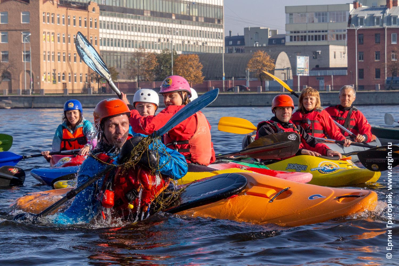Санкт-Петербург каякер выполняет эскимосский переворот на каяке на Неве