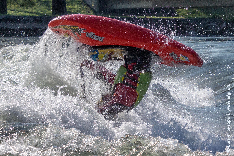 Фристайл каякинг на бурной воде акробатика на каяке