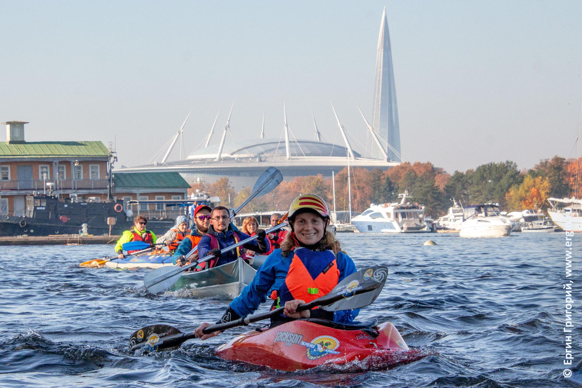 Каякеры гребут на фоне стадиона Петербург и башни Газпрома по Невке