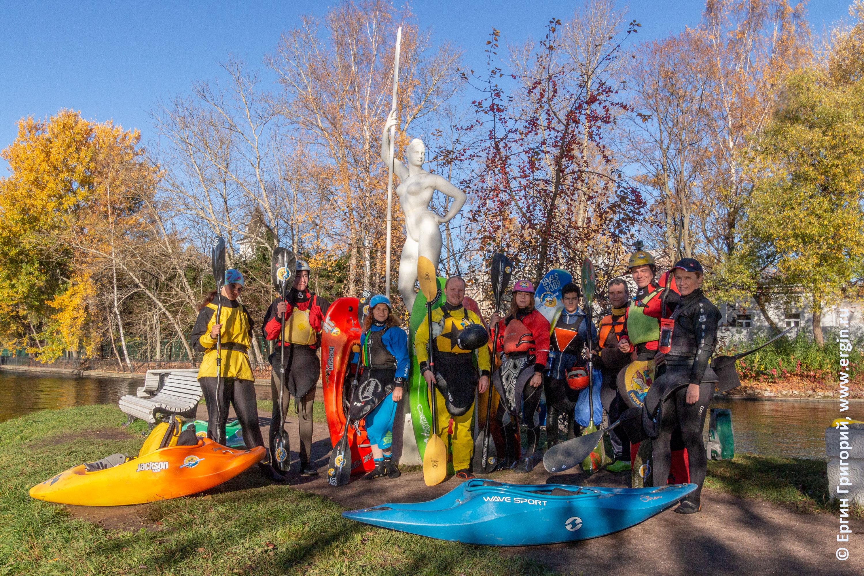 Каякеры вокруг статуи девушки с веслом Санкт-Петербург