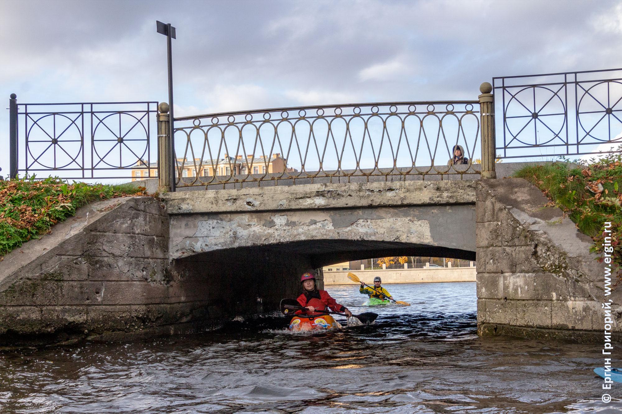 Под Каменноостровским мостом проходят каякеры в СПб