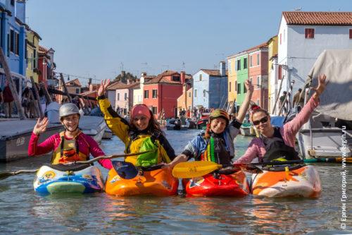 Венецианская лагуна остров Бурано каякинг Адриатическое море каякеры с веслами машут руками