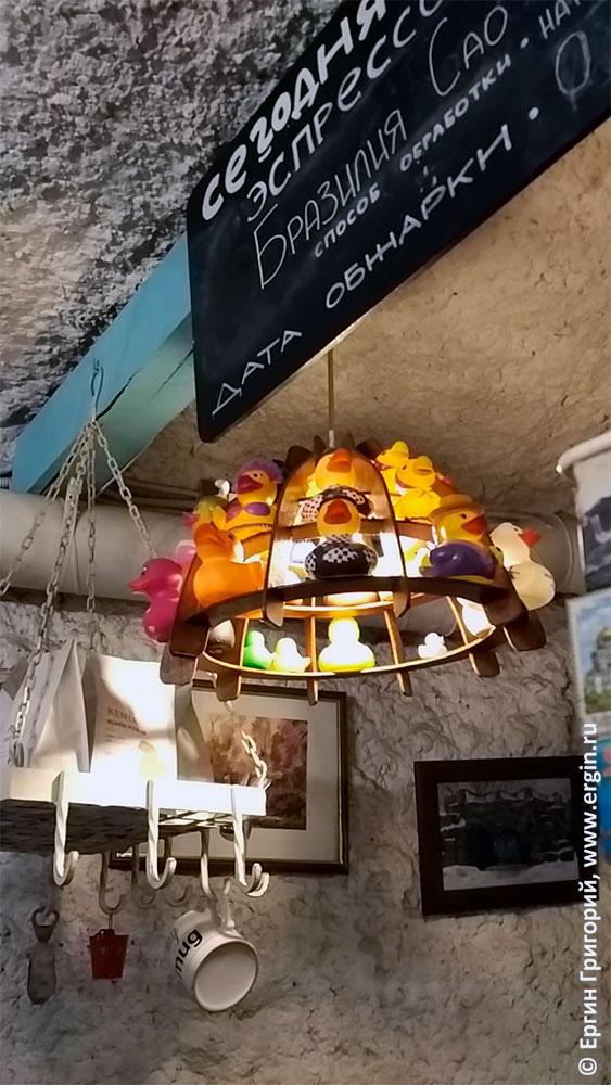 Утиная лампа в кафешке с утками