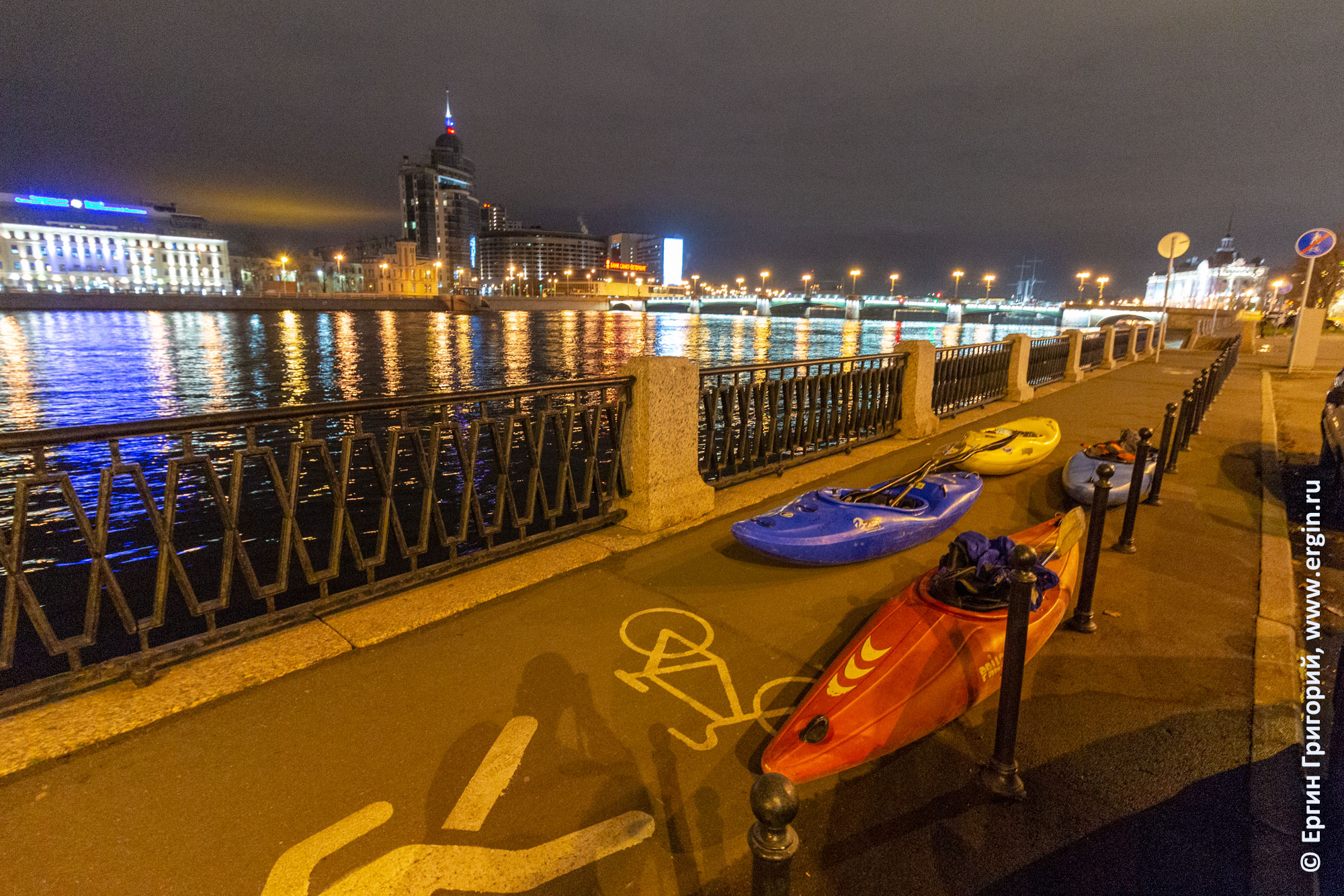 Ночь в Санкт-Петербурге и каяки на набережной Невки