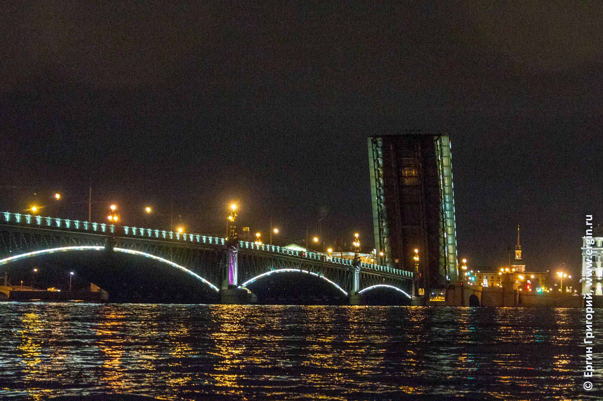 Троицкий мост развели ночью в СПб