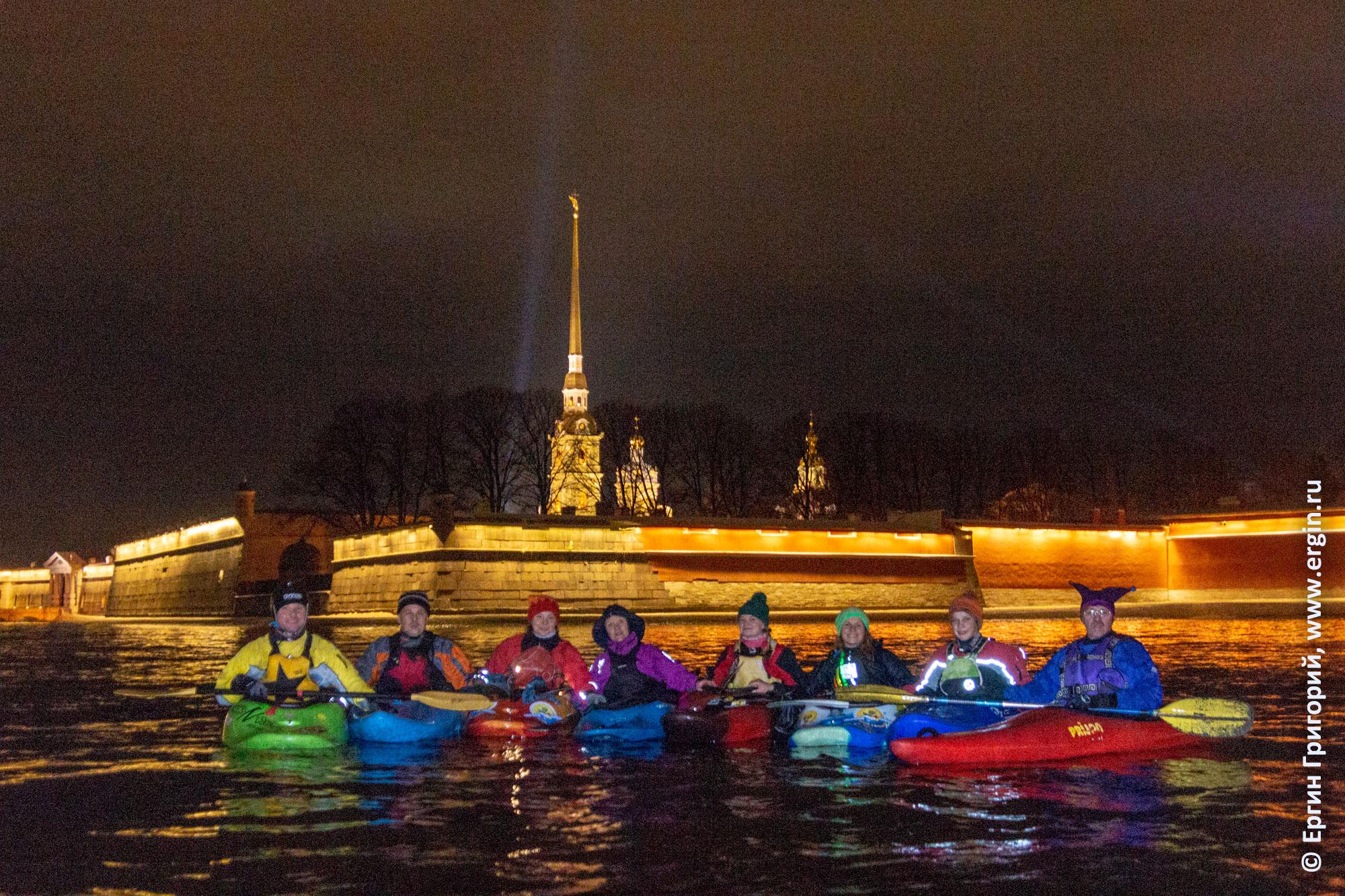 Ночь у Петропавловской крепости каякеры на Неве СПб