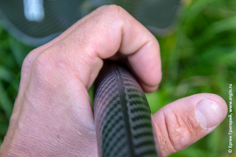 Профиль под изгиб пальцев на шафте весла для каяка для лучшего хвата и позиционирования
