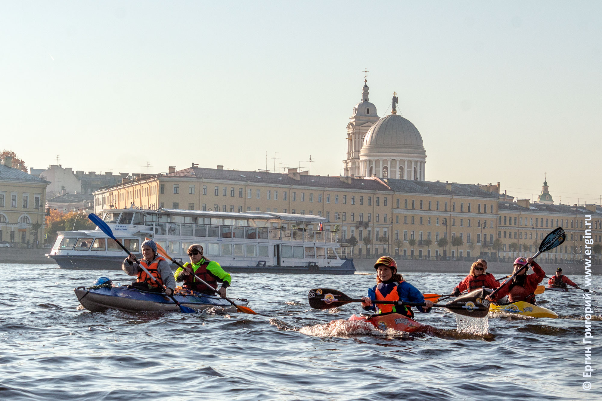 Каякеры в каяках на Неве в Санкт-Петербурге каякинг