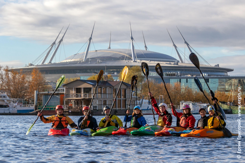 Стадион Санкт-Петербург и каякеры с веслами возле