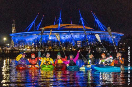 Каякеры на фоне ночного стадиона Санкт-Петербург с подсветкой