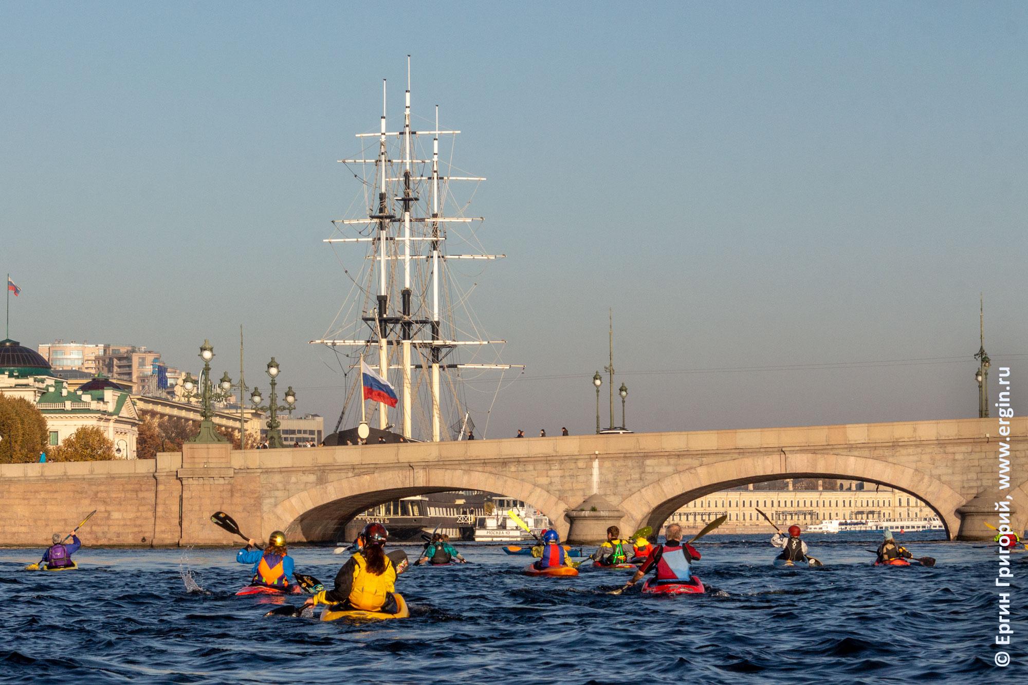 СПб каякеры заходят под Троицкий мост