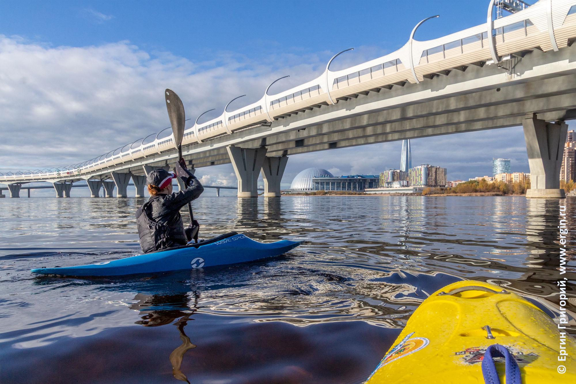 Под ЗСД заходит по воде каякер на каяке с веслом