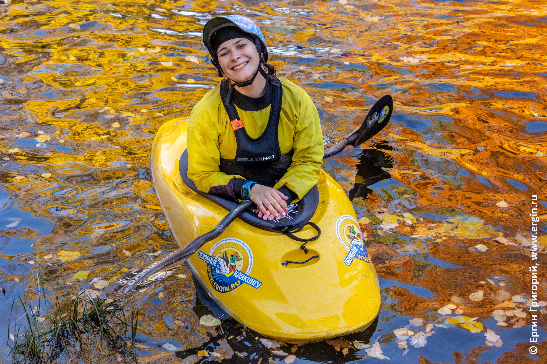 Питер каякер девушка на воде отражения оранжевых бликов листьев на глади