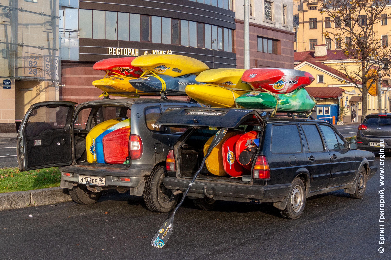 Легковые машины перевозят каяки для аренды в Санкт-Петеребурге