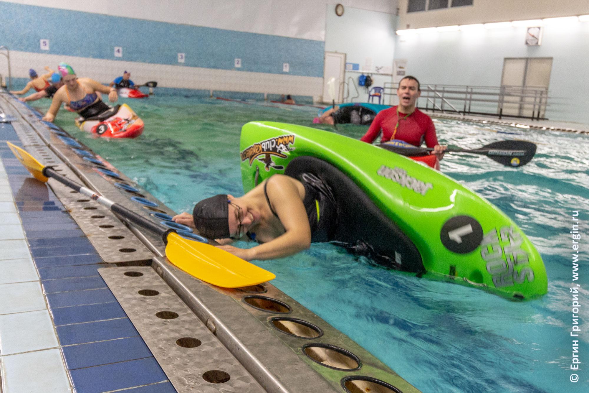 Тренер по каякингу проводит тренировку в бассейне на каяках