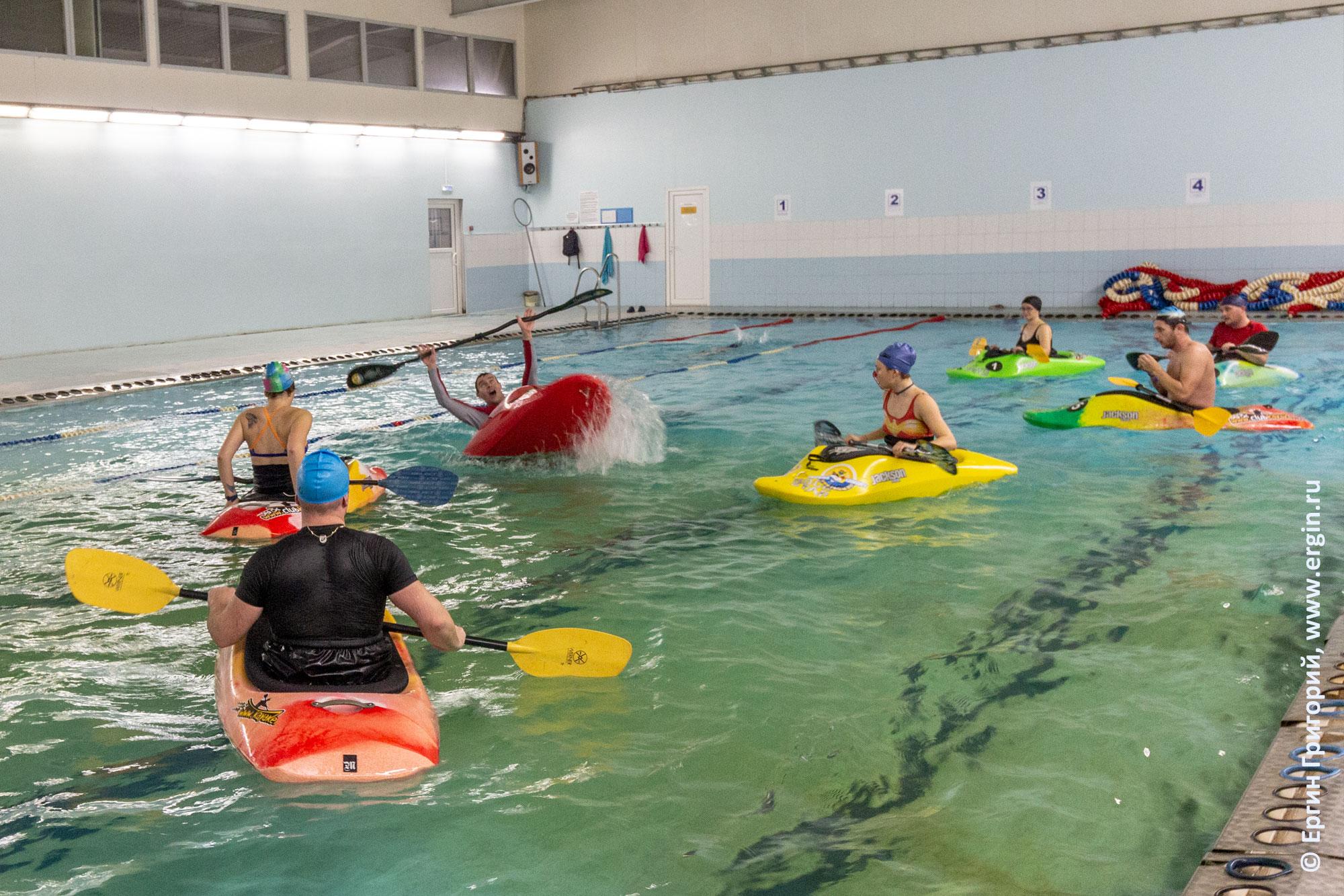 Фристайл-каякинг акробатика на каяке на гладкой воде бассейна