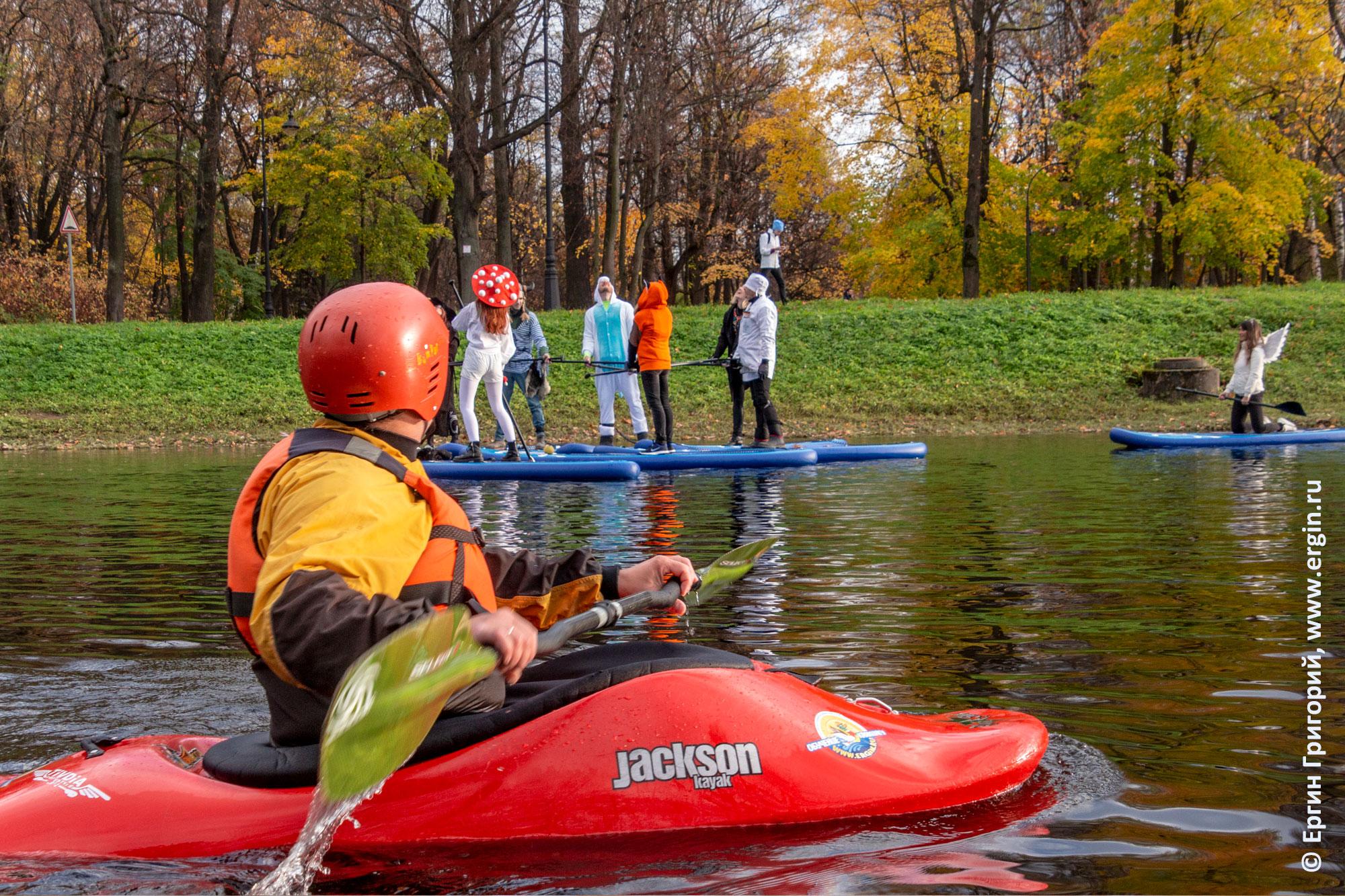 SUP-серферы и каякер на воде СПб