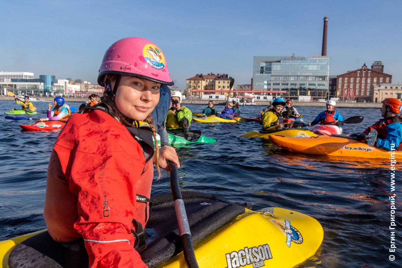 Девушки-каякеры Санкт-Петербурга на каяках на Неве занимаются каякингом