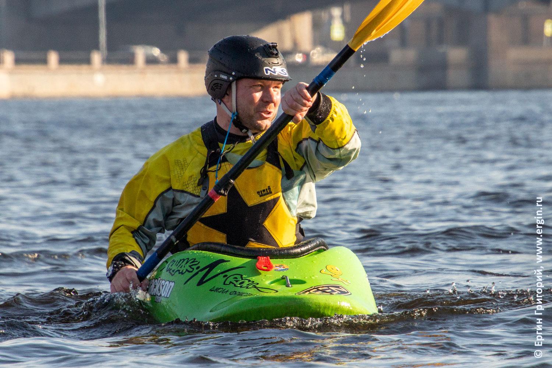 В Питере по Неве идет каякер на каяке с веслом