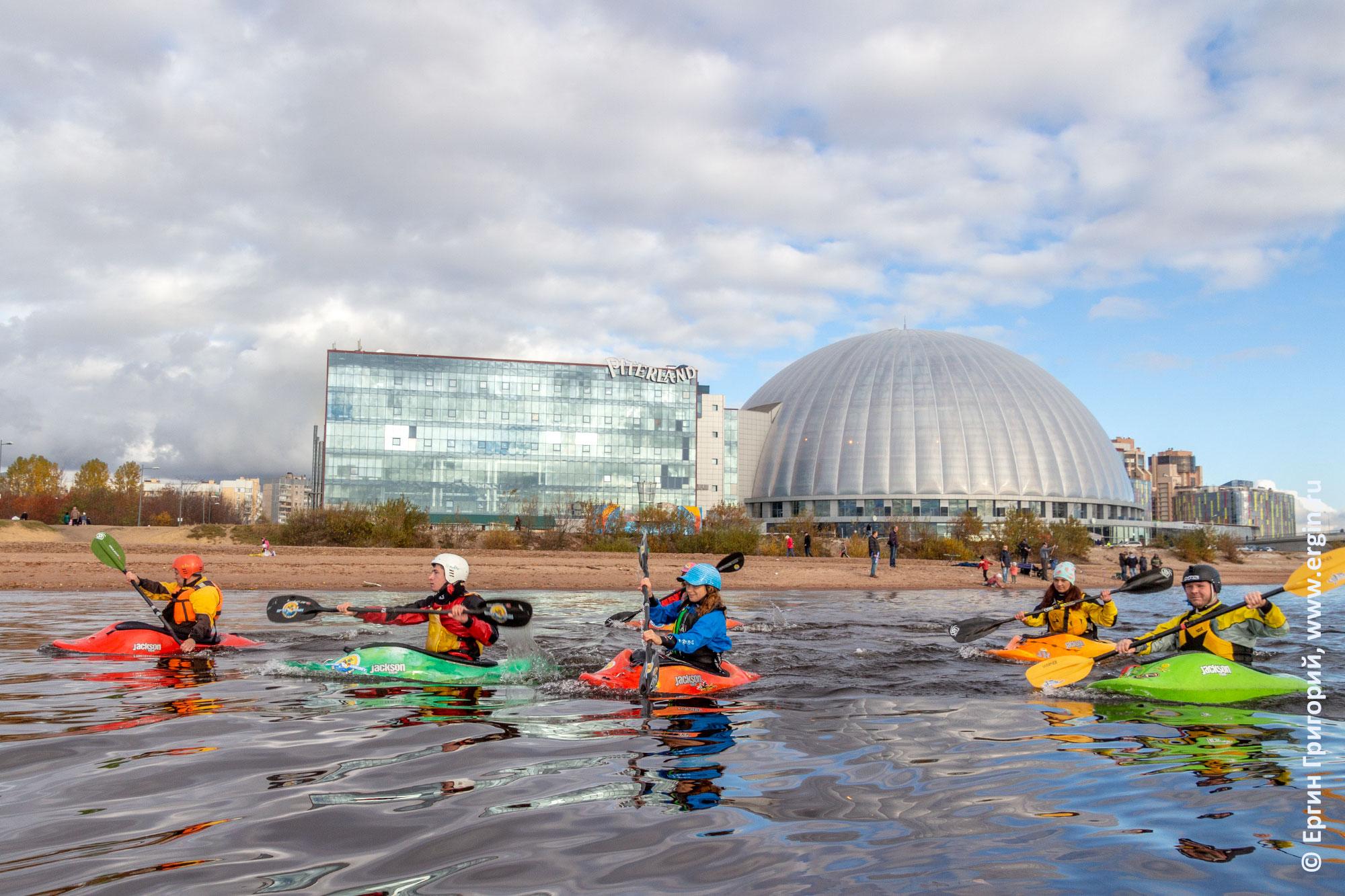 Питерленд каякеры идут по Большой Невке в Санкт-Петербурге