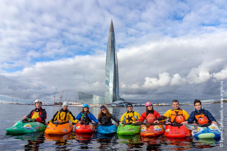 Башня Газпром и каякеры с веслами на фоне в Санкт-Петербурге