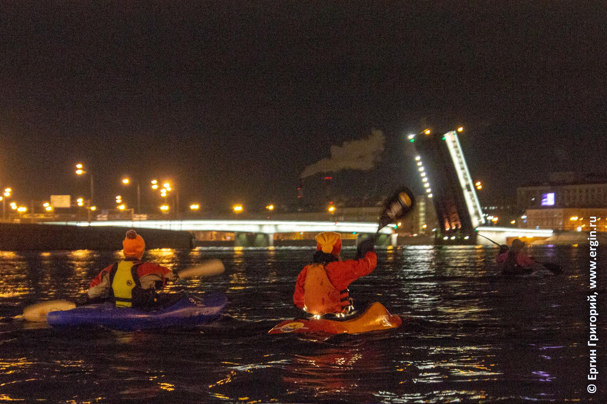 Кякеры наблюдают развод мостов с воды в Санкт-Петербурге