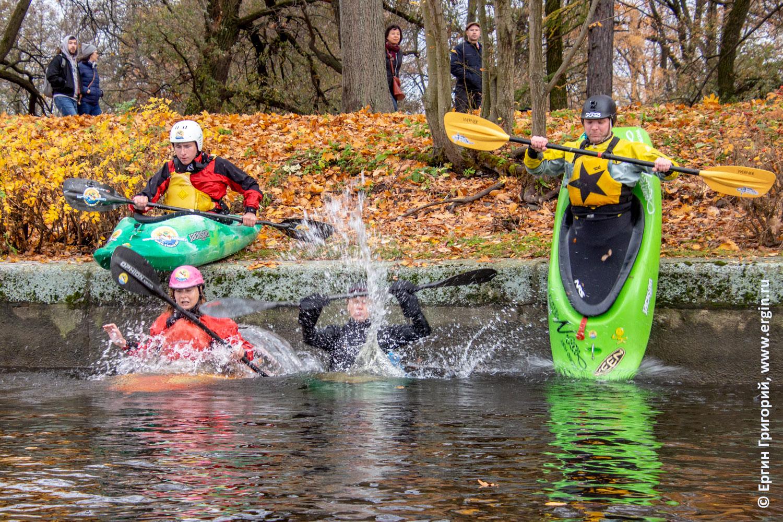 В воду прыгают каякеры с веслами на каяках